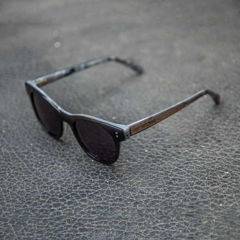 משקפי שמש מאצטט שחור וגווני תכלת - דגם Guru - מיסטר וודיני - Mr. Woodini