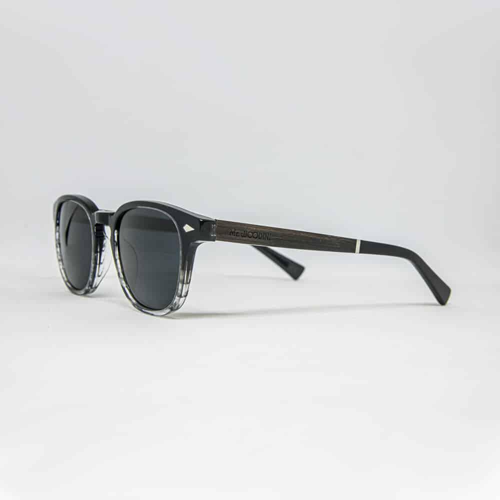 Sol - משקפי שמש בצבע שחור וגווני אפור-שקוף בשילוב זרועות עץ בעבודת יד